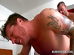 Naakte stud krijgt zijn kont gay fucked door lustige masseur