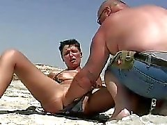 Schaamteloze amateur vuist op een openbaar strand