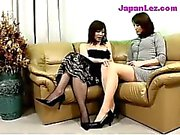 Medelålders Dam i svarta får hennes bröst och fitta gnids Nipplar slickad av på soffan