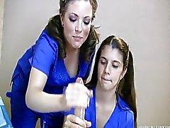 Dos enfermeras de Jerk Off un paciente de