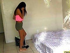 Adolescente latino de captó cuclillas por el propietario