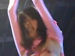 Kähärä japanilaisen tyttö vaaleanpunainen on kaksi luonnonvaraisia nastoja Jakaa