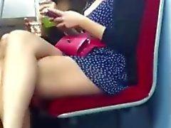 De två flicka visar sina ben