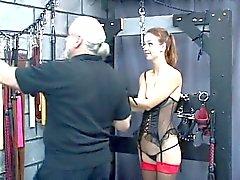 Sexy de jeune esclave se fait de ses bras délimitée sur sa tête et fait punir