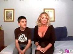 Маленький мальчик трахает маму сильнее, чем его отец, мама удовлетворяет