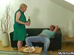 Cock acıkmış anne oğlunun -in-law cock zıplar
