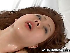 Aasian beauty sidottuna sekä perseestä hyvä orgasmia