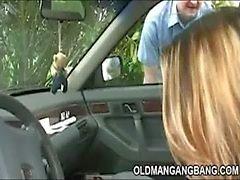 Старый извращенка соединяет авто лохи