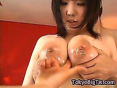Busty japanischen Mädchens wird von zwei gefickt