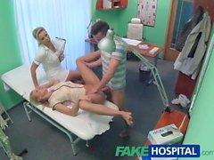 Infirmière FakeHospital regarde sexy couple de baise