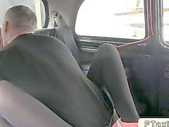 Blonde Licks Hintern aus einem Taxifahrer