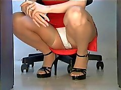 Kyykyssä sukat upskirt toimistossa