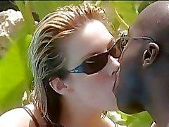 Jessica May aime des la sensation d'un l'énorme queue noir foncé dans sa chatte rose de mooist