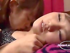 2 Asiatiska tjejer kyssas Passiontely sugande bröstvårtor slickar Armhålorna Klappa på madrass i The Roo