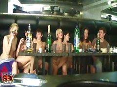 Élèves est à nu et le boire et à la piscine de concurrence dans cette agrafe