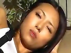 Güzel göğüslü, çekici Asyalı kızın ihtiyacı olan bir har