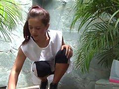 OPERACION LIMPIEZA - Latina Magd ist für eine ölige Entbeinung