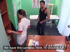 Hemşire, hastanın hastanede toplarını boşaltmasına yardımcı olur
