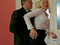 Hizmetçi aldatma Kızgın eşler tarafından ceza alır .