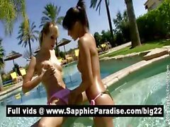 Jolie blonde et brune le léchage et doigté moule dans la piscine