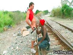 Белого парень запускается на петух всасываемый головорез