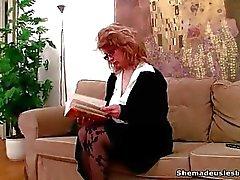 Deux des étudiantes trouvent un godemiché sur le canapé
