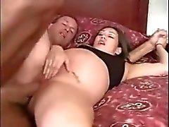 El atornillar un Morena embarazada