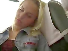 La fille blonde Bates dans le bus