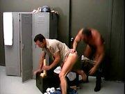 Два привлекательных полисмены получать удовольствие с широкой игрушке пола в раздевалке