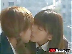 Японские школьниц целующиеся