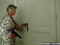 Mère sexy trouve deux les voleurs et la rend la bourriner comme