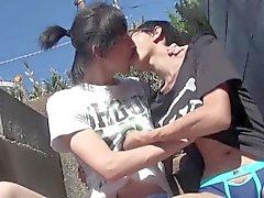 Gay asiat twinkar kyssas outdoors
