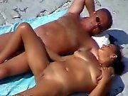 Sahilde bir başka güzel olgun bir çift