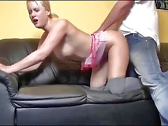 German Blonde prend Hot Creampie sur le canapé