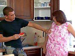 Granny fodido na mesa da cozinha