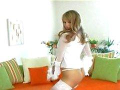 Blonde teases i strumpor trosor och klackar