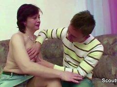 Step-Mom l'aider à perdre la Vierge et obtenir sa première baise