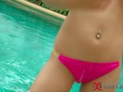De Thaïlande de fille bord de piscine Solo
