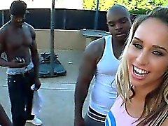La animadora Blonde toma inmensas pollas negros en 4some al aire libre