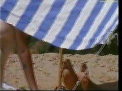 Bir gizli kamera bu kız çıplak plajda güneşlenen yakalar