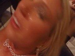 Vitt fru får en massa ansikts efter svarta killar