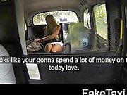 Blond turist med stora tuttar betalar hennes sätt