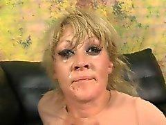 Blonde Dirtbag Ruby Octroi Kneifen auf Dick während Threesome