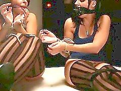 Enlazado por una piso de contra otros los bebés esclavo azotadas por la amante