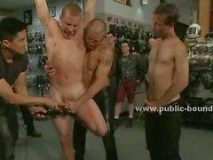 Гей грубых люди удивить своих друзьям принося в общественной магазин сексуального раба голый в Gangbang