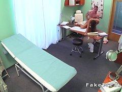 Bir doktor sahte hastanedeki Yeni bir hemşiresi sikikleri