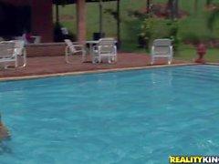 Round assed Tammy brésilien se nudité dans le bassin