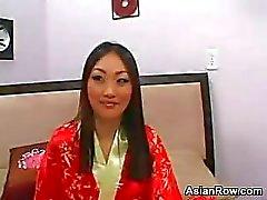 Asiat Skönhet i Rött High Heels