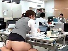 Vea cómo esta azada de oficinas con big tits