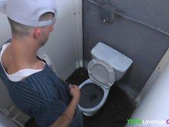 Sötig tonåring slog i det offentliga badrummet